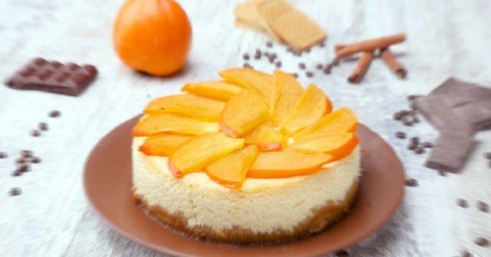 Recepte. Biezpiena torte ar hurmu – viegli pagatavojama un bezgala garda!