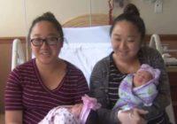 Dvīņu māsas, kurām pat dzemdības bija vienā dienā – neticams stāsts