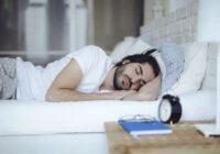 Kādēļ labāk gulēt uz kreisajiem sāniem, skaidro mediķi