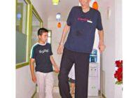 Kā izskatās 2,36 m garā vīrieša sieva un bērns