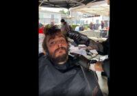 Frizieris pastrādāja ar bezpajumtnieku, kurš izrādījās īsts smukulītis(+VIDEO)