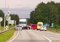 Uz Rīgas apvedceļa notikusi ļoti smaga avārija, iesaistīta arī kravas mašīna