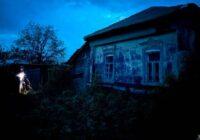 Kādā nomaļā ciemā tika atrasta māja, kurā neviens nedzīvo jau 11 gadus. Kad durvis pašas atvērās, kļuva baisi