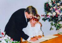 Viņai bija 52, bet viņam 17, kad viņi apprecējās. Kā pāris dzīvo šodien, pēc 18 gadiem