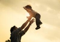 Kāpēc ir bīstami bērnu mest gaisā? Daudzi vecāki pieļauj šo kļūdu, kas var maksāt bērna dzīvību