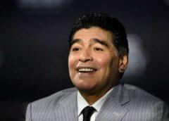 FOTO: Cilvēki dara šokējošas lietas ar futbolista Maradonas ķermeni