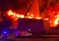 """VIDEO: Rezeknē ar atklātu liesmu deg būvniecības preču veikals """"Depo"""""""