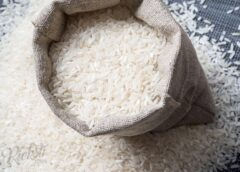 Neiedomājami, ko kāds vīrieties atrod rīsos. Redzētais iemūžināts(FOTO)